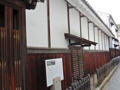 これは、国の重要文化財「太田家住宅」です。  かつて「保命酒屋」だったこの住宅には、幕末の1863(文久3)年8月に長州(現在の山口県)派の公卿で尊王攘夷を主張する三条実美(さんじょうさねとみ)ら7人の公卿が、京都で長州藩が薩摩藩・会津藩・徳川慶喜連合軍と戦って敗れた「金門の変」によって京都から追われた「七卿落ち」のときに滞在したのだそうです。  その時に、三条実美は「鞆」の特産品である「保命酒(ほうめいしゅ)」を竹の葉と表現し、讃える歌を詠んでいます。 「世にならす 鞆の港の竹の葉を 斯(か)くて 嘗(な)むるも 珍しの世や」