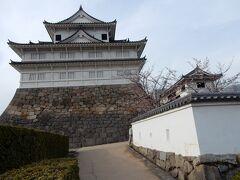 これが創建当時から現存する国の重要文化財「伏見櫓」です。  3重3階で独立した構造の望楼部を載せた望楼型の櫓で、一見すると天守閣と見間違えるような立派な櫓です。