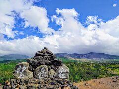 【十勝岳望岳台】  山頂は雲で隠れてるけど、久々に青い空が顔を… とにかく風が強烈でしたw