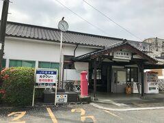 33分で筑後吉井駅に到着。観光客と思われる人が数人降りると、駅員さんが外へ出てきて散った桜を箒で掃き集めていました。