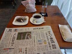 東京駅周辺を散策した後は、ビューゴールドラウンジへ。東京駅発のグランクラスに乗る人は、出発90分前から利用できます。 ドリンクはフルオーダー(アルコールなし)制と航空会社ラウンジ以上のサービスです。また、茶菓もついてきます。 コロナ禍ではありますが、新聞や雑誌のサービスもあります。利用者が少ないせいか、11時頃でも新聞は使った形跡がありませんでした。