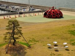 直島(宮ノ浦港)到着。有名な「赤かぼちゃ」(草間彌生作)がお出迎え。 おしゃれなイスも