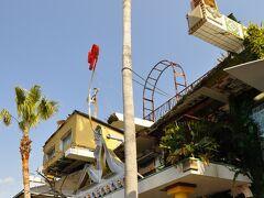 宮ノ浦地区にある直島銭湯「Iハート湯」。ごちゃごちゃ感満載。 営業は13時からなので、帰りに時間があれば入ってこ。