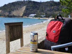 琴弾地海水浴場付近。 この時期ですが、歩いてきたせいか非常に暑い。 そのため、缶ビールを購入。グッピ