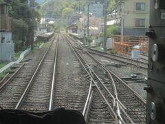 入生田駅には箱根登山電車の車庫がありますが、小田原・箱根湯本間は小田急の1067mmの軌間の車両で、1,435mmの登山電車は湯本・強羅間で営業運行しています 入生田・箱根湯本間は小田急車両も登山電車車両も走れるように三線軌条となっています