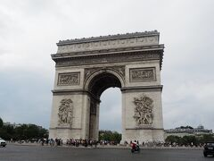 凱旋門へ。猛暑だったので、登るのは諦めました。