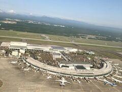 北風運用なので、新千歳空港ターミナル、その向こうに航空自衛隊千歳基地の滑走路が見えます。そして恵庭岳などの山並みも美しいです。