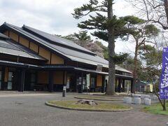 観光物産センター・遠山之里  車でのんびり走って観光物産センターに到着。 ここに車を停めて町内を歩きます。