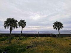 2日目の朝です。残念ながら青空は眺められませんでした。休暇村の前の海は大隅半島との間の海峡になっています。