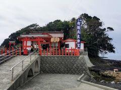 射楯兵主神社(イタテツワモノヌシジンジャ)通称釜蓋神社(カマフタジンジャ)です。海に突き出した岩礁の上の建っている神社です。