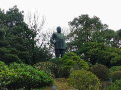 西郷隆盛像です。桜島を眺めるように立っていました。