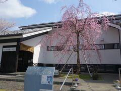 登米市高倉勝子美術館『桜小路』  平成21(2009)年に設立した登米町の出身で独自の表現を追求し続けた日本画家高倉勝子(1921~2015)の作品を展示しています。 太平洋戦争中、高倉先生は登米町から広島へ移住し原爆を体験し、力強い絵や文章で、後世に原爆の悲惨さを後世に伝えています。