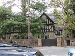 ランチの後は御所に桜を見に行きます。 御所の前に立つ憧れの洋館、大丸ヴィラ。 植木を刈り込んだのか、館の姿がバッチリ見えます。