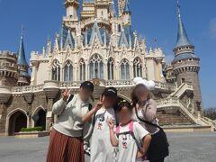 暑くなってきたから、次女の帽子と、友人もTシャツに着替えたいとのことでワールドバザールへ向かうことにします。 シンデレラ城裏手でキャストさんがいたので撮っていただきました(^_^)v
