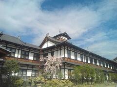 歴史ある外観。小さな桜の木も映えます