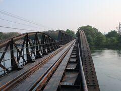 クウェー・ヤイ川に架かる全長約322メートルの【クウェー川鉄橋】 列車で鉄橋渡ります。 「戦場にかける橋」の英題  【The Bridge on The River Kwai】 あまりにも有名になった。