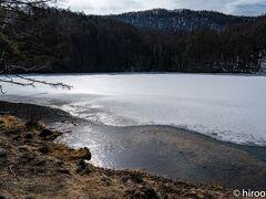 16日(火)は、午前中仕事を休んで、八ヶ岳で二拠点ライフを楽しみながら写真を撮影されているKさんにお会いして、八ヶ岳周辺の撮影ポイントをお聞きしました。 その前に、八ヶ岳では毎回訪れる御射鹿池を訪れました。 朝の光の中の御射鹿池を撮ろうと思っていましたが、なんとまだ氷が張っていました。