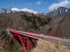 Kさんの住む「清里の森」という別荘地に向かう途中の東沢大橋。権現岳と赤岳がくっきり見えます。つい、車を止めて、駐車場から撮影。昨年は紅葉の時期に訪れましたが、その時は本当に綺麗でした。