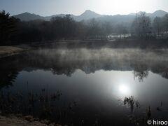 18日(木)は、長野県側に向かいます。目的地は、原村の八ヶ岳自然文化園内のまるやち池。朝靄のまるやち池に映る八ヶ岳が美しい。