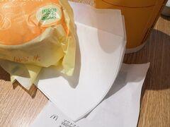 羽田空港第2ターミナルでの朝食は 隣り合っている「丸亀製麺」と悩んだ末  マクドナルドに決定。 「コーヒー飲みたい」って理由だったんだけれど、 制限エリア内のパワーラウンジでコーヒー飲めたよね…失敗失敗