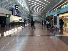 2021年3月24日(水)  ANA 469     東京(羽田)(10:30) - 沖縄(那覇)(13:25)     搭乗口62(第2ターミナル)  早朝でも深夜でもないのに閑散としている羽田空港です。 いくら安くても無理のない時間帯での出発しかできません・・・ そろそろそういうお年頃です(自爆)
