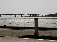 浜比嘉島への橋 右手に見えてきます。