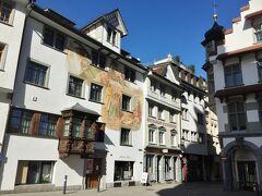 織物産業が発展した17~19世紀の金持ち貿易商の家々が並び、