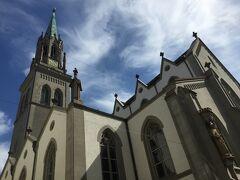 (13:34)   <聖ローレンツォ教会> その名は火あぶりにされて殉教した、ローマの聖ローレンスに由来。ザンクト・ガレンの宗教改革の中心地で国の重要な記念碑とされる。1166年には教会が建てられており、1235年には教区教会に、宗教改革の間に改宗してプロテスタントの主要な教会となり、数世紀に渡り庶民の教会として親しまれる。1854年にザンクト・ガレン出身建築家Johann Georg Müllerのプランにより現在のネオゴシック様式に再建された。