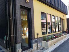 神楽坂 シャティーニュ 黄色の外観が印象的。 ランチ5500円+ビール700円