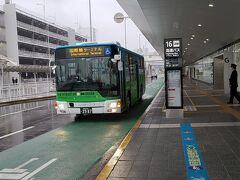 国内線ターミナルビルのコインロッカーに荷物を預け、太宰府行きのバス・太宰府ライナーに乗るため、無料のシャトルバスで国際線ターミナルに向かいます。