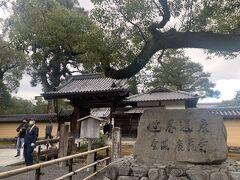 荷物も預けて身軽になり、お腹もいっぱいになったところで観光スタート♪  まずは前回京都に来た時に修繕中で入れなかった金閣寺へ。