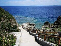真栄田岬 荒天の時は「裏真栄田(ビーチ)」を案内されることも多いようですが この日のこの時間は引き潮で、どこもビーチエントリーは××