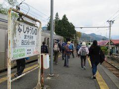 09:38 「武州日野駅」着。 ここでハイキング姿のシニアの皆さん大量降車。