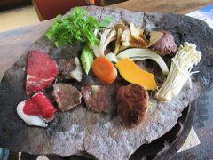野菜やきのこはねぎ味噌だれに潜らせてから脂を塗らない部分の石器で焼きます