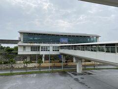 10:07 ゆいレール、那覇空港駅の改札を通ります。Suicaが使えるようになっていて便利です。