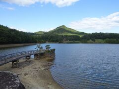 時間がなかったので直ぐにすがすがしい「森の生態圏」を通り、有馬富士が見える「福島大池」へ。目の前にはやや富士山に似ている有馬富士(標高374m)を見ることができました。たぶんこの池が山中湖か河口湖なんでしょうね。また富士山の麓には棚田とかやぶき民家を見ることができます。  この付近には芝生広場があり、有馬富士を見ながらお弁当を食べたりくつろぐことができます。