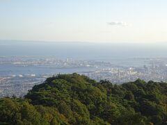 一応景色はバスの停留場からでも、霞がかかっていましたが三宮方面がよく見え、三宮の先には神戸ポ-トピアや神戸空港マリンエアも見ることができました。  ケ-ブル駅がなければ大阪方面も見ることができます。  なお天覧台からは、大阪平野部から和歌山方面、そして神戸三宮までワイドに広がる景色が一望でき、特に夜は1000万ドルの夜景を見ることができます。たぶん夜景は最高です。