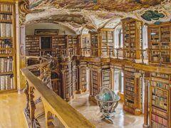 素晴らしいです。実際にはもっと暗い感じで。でもそれが逆にいい感じで。昔はろうそく灯してたのかなぁ・・なんて想像したり。  主に地元のローズやオリーブの木、寄木細工の床はドイツ人大工Gabriel Loserによるものでオークとパインが使われ、天井のフレスコ画はドイツ人バロック様式の画家Joseph Wannenmacherによる「4つの公会議」、入口扉の上には1781年ドイツ人彫刻家Franz Anton Dirrによる「ΨΥΧΗΣ ΙΑΤΡΕΙΟΝ 魂の薬局」(魂が癒される場所という意味)のギリシア文字。  8~12世紀の写本は2000冊を超え(そのうち400冊以上は10世紀以前に書かれたもので最古のものは5世紀)、特に820年頃羊皮紙に描かれた世界最古の建築設計図「ザンクト・ガレンの修道院平面図」は必見。  ちなみに昔の貴重な蔵書がこちら↓で見られます。 <ザンクト・ガレンのバーチャル図書館> https://www.e-codices.unifr.ch/en/list/csg