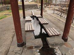 水上橋の手前にあるのが湯原温泉公園。足湯もあり散策途中で休憩。