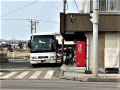 女満別空港から網走バスターミナルまで空港からバスで35分、 料金は920円です。空港で乗車券を買ってもいいし、バスを降りるときに清算でも大丈夫。バス車内では高額紙幣は使用出来ないので、予め空港で両替をしておくか、空港で乗車券を購入しておいた方が宜しいかと。 詳しくは網走バスHPにて https://www.abashiribus.com/memanbetsu/