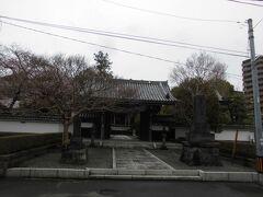 坂を下りたところにあるのが青柳寺。町田市との境界まで歩いていける距離です。