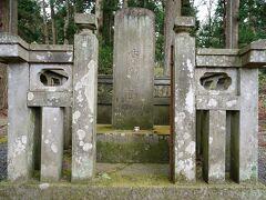 目指す白河関跡は、バス停の目の前にあった。 その場所は白河神社の境内となっていて、その鳥居の脇に、松平定信が寛政12年(1800)に建てた古関蹟碑があった。