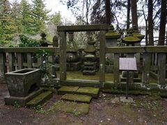 墓地には、白河結城氏第二代の結城宗広の五輪塔がある。 結城宗広は、南北朝期に南朝の有力武将として活躍し、伊勢で病没したと伝えられているが、ここには遺髪が納められているという。
