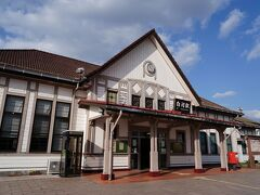 小峰城跡へは、白河駅の前を通る。 その駅舎は、大正12年に建てられた大正浪漫香る瀟洒な木造の建物。 多くの駅舎が建て替えられて姿を消す中、街の玄関口に相応しい風格を漂わせる貴重な存在だ。