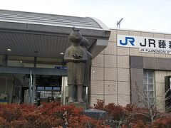 JR藤森駅。駅の前の子供の銅像がかわいい