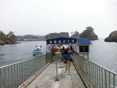 バスを降りてすぐの遊覧船乗場。この日は結構観光客多し。私の乗ったボートには20人位いました。風があるせいか洞窟巡り以外は欠航。