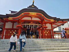 新宿駅を出て伊勢丹の横を通り、徒歩10分歩で着いた花園神社です。 初めて来ました。  大学生の時に故内田康夫さんの「鳥取雛送り殺人事件」を読んで名前は知っていました。