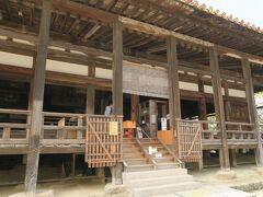 その横に豊国神社、通称千畳閣。  本瓦葺き入母屋造りの大経堂です。