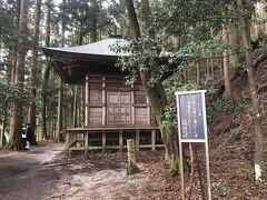 金峯神社 吉野山の最も奥に静かに鎮座する神社  古くから吉野山の守り神とされ信仰を集めてきた。  源義経がおってをかわすために身を潜めた場所 義経隠れ棟  ここに隠れたら、ここにいるって言ってるようなもの