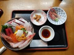 東尋坊から車で15分くらい、 昼食は三国港駅近くにある「食事処 田島」さんにて。 食べログで何軒か調べたが、値段はそんなに変わらず。 完全に観光地価格。 海鮮丼(2600円税別)